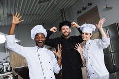 cozinheiros chefe multiculturais de sorriso que têm o divertimento imagens de stock