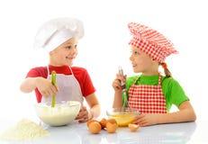 Cozinheiros chefe pequenos felizes que preparam a massa Fotos de Stock