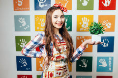 Cozinheiros da jovem mulher na cozinha foto de stock