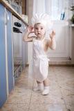 Cozinheiros do cozinheiro chefe do bebê no alimento do forno Imagem de Stock