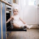 Cozinheiros do cozinheiro chefe do bebê no alimento do forno Fotos de Stock