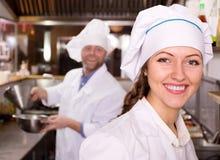 Cozinheiros que cozinham na cozinha profissional imagens de stock royalty free
