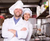 Cozinheiros que cozinham na cozinha profissional fotos de stock royalty free