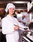 Cozinheiros que cozinham na cozinha profissional fotografia de stock royalty free