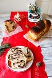 Cozonac dolce rumeno del pane con la crema della noce fotografia stock libera da diritti