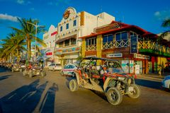 COZUMEL, ΜΕΞΙΚΟ - 9 ΝΟΕΜΒΡΊΟΥ 2017: Μη αναγνωρισμένοι άνθρωποι που οδηγούν ένα αυτοκίνητο στην πόλη Cozumel, να περιβάλει πολλοί Στοκ Εικόνα