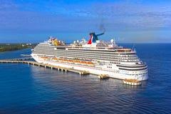 Cozumel, México - 4 de maio de 2018: O navio de cruzeiros da brisa do carnaval no porto em Cozumel, México imagens de stock royalty free