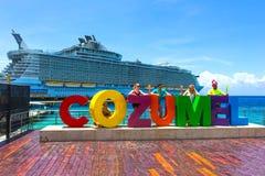 Cozumel, México - 4 de maio de 2018: Os oásis das caraíbas reais do navio de cruzeiros dos mares entraram no porto de Cozumel dur foto de stock royalty free