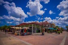 COZUMEL, MÉXICO - 23 DE MARÇO DE 2017: Plaza colorida do restaurante da loja, strore do mantimento, onde os povos podem comprar l Foto de Stock Royalty Free