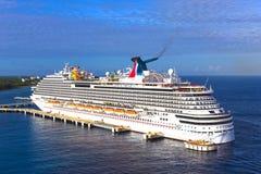 Cozumel, México - 4 de mayo de 2018: El barco de cruceros de la brisa del carnaval en puerto en Cozumel, México imagen de archivo libre de regalías