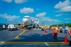 COZUMEL, MÉXICO - 12 DE NOVEMBRO DE 2017: Povos não identificados que aterram do avião na pista de decolagem de Cozumel Fotos de Stock