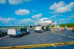 COZUMEL, MÉXICO - 12 DE NOVEMBRO DE 2017: Povos não identificados que aterram do avião na pista de decolagem de Cozumel Fotografia de Stock Royalty Free
