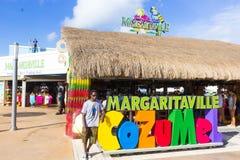 Cozumel, México - diciembre de 2015: Turistas que van en el área de compras en el puerto marítimo imágenes de archivo libres de regalías