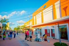 COZUMEL MEKSYK, LISTOPAD, - 09, 2017: Piękny plenerowy widok wiele turyści cieszy się miasto Cozumel, chodzi Obraz Royalty Free