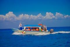 COZUMEL, MESSICO - 23 MARZO 2017: Bella attrazione di Cozumel con un certo turista barche di quell'solitamente affitto da visitar Fotografia Stock Libera da Diritti