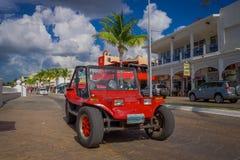 COZUMEL, MEXICO - MAART 23, 2017: Kleurrijke Rode Jeepauto, één of andere toeristenhuur het om de aantrekkelijkste plaatsen rond  Royalty-vrije Stock Afbeelding
