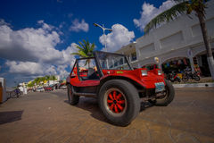 COZUMEL, MEXICO - MAART 23, 2017: Kleurrijke Rode Jeepauto, één of andere toeristenhuur het om de aantrekkelijkste plaatsen rond  Stock Afbeelding