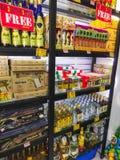 Cozumel, Mexico - Mei 04, 2018: alcoholische dranken of producten op de dienbladstraatventer - Mexico stock foto's