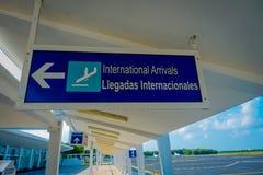 COZUMEL, MEXICO - NOVEMBER 12, 2017: Informatief teken van internationale die aankomst in de Internationale Luchthaven van Cozume royalty-vrije stock afbeelding