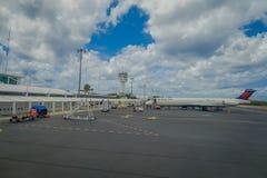 COZUMEL, MEXIKO - 23. MÄRZ 2017: Der schöne Flughafen von Cozumel an einem bewölkten Tag einschließlich ein Flugzeug von Delta ai Stockfoto