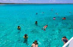 Cozumel, Mexique - groupe d'amis détendant ensemble en tournée de bateau de partie de la mer des Caraïbes Image libre de droits
