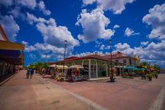 COZUMEL, MEXIQUE - 23 MARS 2017 : Plaza colorée de restaurant de boutique, strore d'épicerie, où les gens peuvent acheter des sou Photos stock