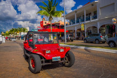 COZUMEL, MEXIQUE - 23 MARS 2017 : Voiture rouge colorée de jeep, un certain loyer de touristes il pour visiter les endroits les p Photographie stock libre de droits