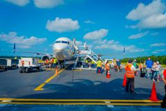 COZUMEL, MEXIQUE - 12 NOVEMBRE 2017 : Personnes non identifiées débarquant de l'avion sur la piste de Cozumel Photos stock