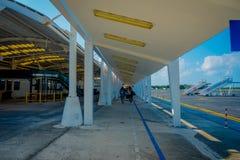 COZUMEL, MEXIQUE - 12 NOVEMBRE 2017 : Personnes non identifiées marchant de l'avion dans l'aéroport international de Cozumel deda Images libres de droits
