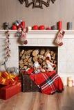 Cozyness i dom wygoda Dekorująca graba z łupką Zima wakacji izbowy wnętrze, Bożenarodzeniowa atmosfera Obraz Stock