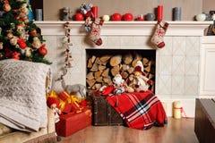 Cozyness i dom wygoda Dekorująca graba z łupką Zima wakacji izbowy wnętrze, Bożenarodzeniowa atmosfera Zdjęcia Stock