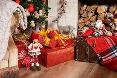 Cozyness i dom wygoda Dekorująca graba z łupką Zima wakacji izbowy wnętrze, Bożenarodzeniowa atmosfera Obrazy Royalty Free