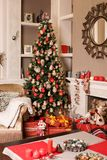 Cozyness i dom wygoda Kanapa blisko dekorującej graby z łupką i choinki Zima wakacji izbowy wnętrze, Chri Fotografia Stock
