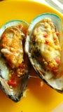 Cozza della cozza della Nuova Zelanda affettata con la salsa di frutti di mare fotografia stock