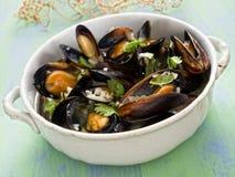 Cozza nera rustica in salsa di vino bianco dell'aglio Fotografia Stock Libera da Diritti