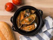 Cozza Shell Italian Sauce con pane ed i pomodori Fotografie Stock