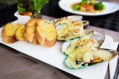 Cozze al forno con formaggio e pani tostati Fotografie Stock Libere da Diritti