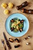 Cozze dei crostacei in ciotola di rame con il limone e le erbe Frutti di mare dei crostacei fotografie stock libere da diritti