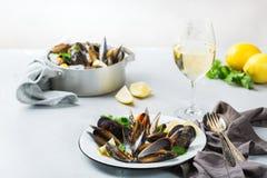 Cozze dei crostacei con vino bianco, frutti di mare su una tavola fotografia stock