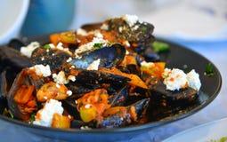 Cozze greche tradizionali con il formaggio di capra fotografie stock libere da diritti