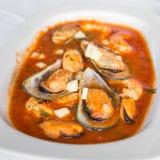 Cozze nelle coperture in salsa al pomodoro - saganaki greco delle cozze Immagini Stock
