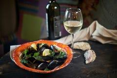 Cozze su ghiaccio pronto da cucinare con il jpg del vino bianco e del limone Fotografie Stock