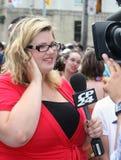 CP24 Katie Simpson bij de Parade 2011 van de Trots van Toronto Royalty-vrije Stock Fotografie