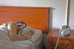 cpap γυναίκα ύπνου μηχανών Στοκ εικόνα με δικαίωμα ελεύθερης χρήσης