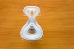 CPAP-maskering på den wood tabellen Arkivbild