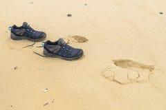 Cópias do pé na areia Imagens de Stock