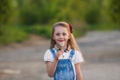 Cportrait красивой маленькой девочки с одуванчиком Стоковые Фото