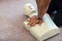 CPR训练使用和在一个成人训练人体模型的一个AED和袋子面具阀门 免版税库存图片