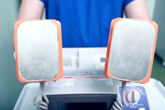 CPR-apparaat in artsenhand stock foto's
