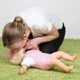 CPR de nourrisson respirant Photo libre de droits